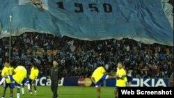 """En un partido de la selección de Brasil, una enorme bandera recuerda el fatídico """"Maracanazo"""" de 1950."""