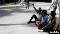 Reporta Cuba. Activistas que realizando protesta en el Parque Central, en la Habana Vieja.