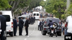Agentes de seguridad se mantiene afuera de la sede del vaticano tras la llegada del papa Francisco.