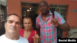 Curuneaux (derecha) junto a José díaz Silva y su esposa, la Dama de Blanco Lourdes Esquivel.
