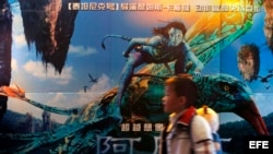 Un niño chino camina junto a un poster de la película Avatar, del director canadiense James Cameron, a la entrada de un cine en Guangzhou, en China. Foto de archivo.