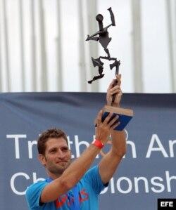 El español Marcel Zamora muestra una escultura hecha en hierro que recibió como premio tras ganar la media carrera en la Copa Iberoamericana de Triatlón, celebrada en La Habana.
