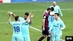 Los jugadores del FC Barcelona celebran su segundo gol ante el Eibar, marcado por el lateral Jordi Alba (i).