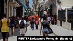 Habaneros transitan por una zona comercial, en la capital cubana. REUTERS/Alexandre Meneghini