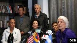 Sylvia Iriondo (der.), de Mar por Cuba, habla a los medios durante una conferencia de prensa en Miami para denunciar el fraude en el referendo constitucional del 24 de febrero en Cuba.