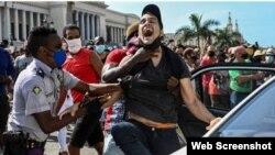 Una imagen de la represión en Cuba durante las recientes jornadas de protesta popular (Imagen tomada de Facebook).