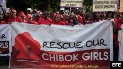 Manifestantes protestan por la falla del gobierno en el rescate de estudiantes secuestrados por el grupo islamista Boko Haram.
