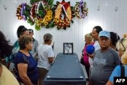 Familiares y amigos de Norma Suárez Niles, una de los 20 miembros de la Iglesia del Nazareno fallecida en el accidente aéreo.
