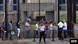 Cubanos frente a la Embajada de EEUU en La Habana.