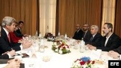 El secretario de Estado estadounidense, John Kerry (izq), asiste a un encuentro con el líder de la Coalición Nacional Siria (CNFROS), Ahmed Muaz al Jatib (der), en Roma, Italia.