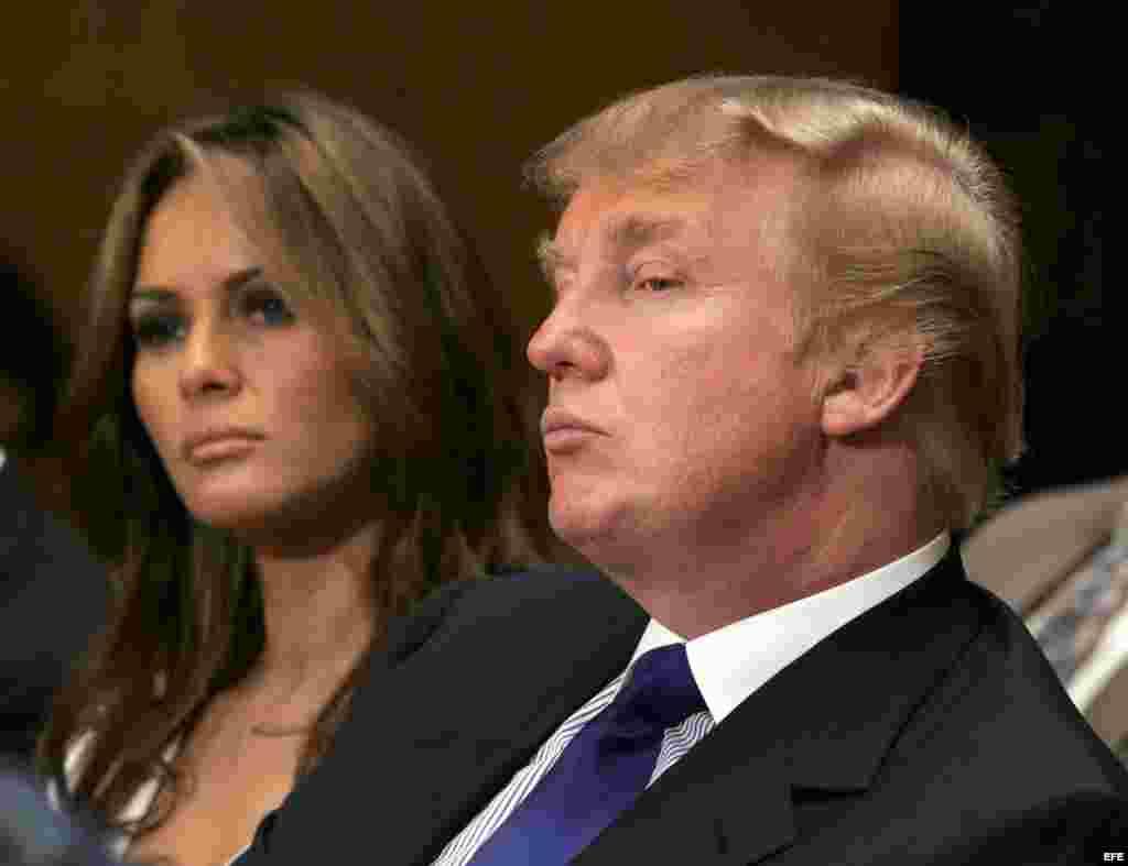 Donald Trump y su esposa Melania escuchan un testimonio ante una audiencia de un subcomité del senado, en julio de 2005.