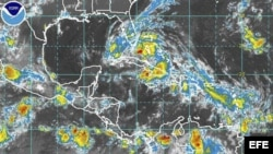Foto facilitada por la Administración Nacional de Océanos y Atmósfera de Estados Unidos (NOAA, por su sigla en inglés) que muestra una imagen satelital del paso de la tormenta tropical Isaac hoy domingo 26 de agosto de 2012.
