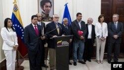 Ramón Guillermo Aveledo (c), secretario ejecutivo de la oposición venezolana, habla hoy, jueves 24 de abril de 2014.