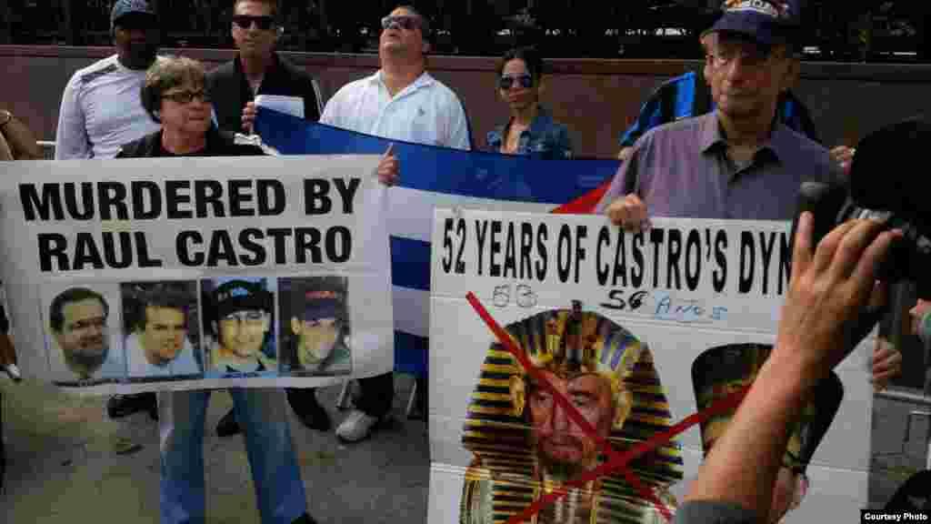 Unos 200 cubanos exiliados protestaron frente al edificio de Naciones Unidas.