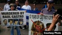 Exiliados cubanos protestan frente a la ONU.