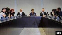 Fotografía cedida por Agencia Brasil donde se ve a la presidente brasileña Dilma Rousseff (c) participando en una reunión hoy, 24 de junio de 2013, con militantes del Movimiento Pase Libre, la organización que lidera las protestas que han sacudido al país.