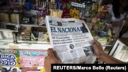 Un hombre lee el diario El Nacional, en una calle de Caracas, en mayo de 2015. REUTERS/Marco Bello