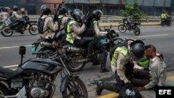 Miembros de la Guardia Nacional Bolivariana sostienen a un joven herido hoy, jueves 20 de abril de 2017, en Caracas (Venezuela)
