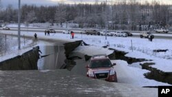 Terremoto en Alaska dejó grietas en las carreteras y edificios en la ciudad de Anchorage.