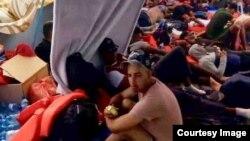 """""""Fueron unas 24 horas hacinados en un barco que parecía militar hasta Colón"""", dijo uno de los cubanos."""