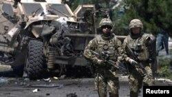 Soldados de la OTAN patrullan después de un ataque suicida en Kabul. (Archivo)