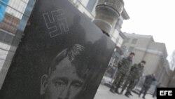 Lápida de Putin frente a la embaja rusa en Kiev, Ucrania.