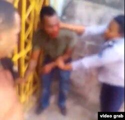 El presunto violador de una niña de ocho años en Santiago de Cuba, retenido por una agente de la policía mientras la muchedumbre intentaba lincharlo.