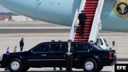 El presidente de Estados Unidos, Barack Obama, aborda el avión presidencial Air Force One.