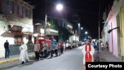 Participantes de la II Jornada Nacional de la Juventud caminan por calles de Santa Clara. Foto: Movimiento Cristiano Liberación (MCL).