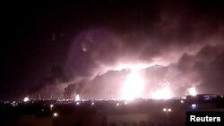 Columnas de humo tras el ataque con drones a la planta Aramco en Buqayq, Arabia Saudí. REUTERS