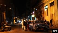 Varias personas suben a un taxi en una calle de La Habana, Cuba.