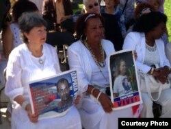 Damas de Blanco recuerdan a Orlando Zapata. Reina Luisa Tamayo (c) junto a Berta Soler (d).