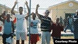 Cubanos detenidos en el Centro Carmichael, en Nassau, Bahamas (Foto cortesía de Centro por la Justicia y el Derecho Internacional).