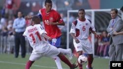 El jugador cubano Ariel Pedro Martínez (i) disputa el balón con Osvaldo Rodríguez (c) de Costa Rica junto a Juan Diego Madrigal (d) de Cuba el martes 9 de julio de 2013, durante un partido de la Copa de Oro en Portland (EE.UU.).