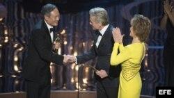 """Fotografía facilitada por la Academia de Ciencias y Artes Cinematográficas (AMPAS) que muestra al director taiwanés Ang Lee (izda) recibiendo el Óscar al mejor director por """"La Vida de Pi"""" de manos de Michael Douglas (centro) y Jane Fonda (dcha) en la gal"""