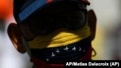 Un manifestante en Caracas el 17 de abril de 2021. (AP Photo / Matías Delacroix).