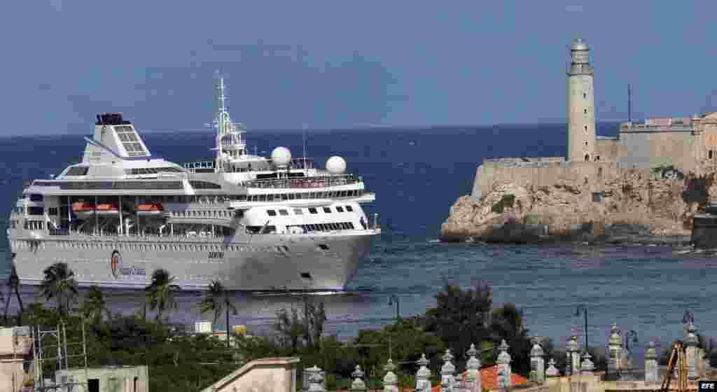 Vista general de la entrada del buque Gemini, de la compañía española Happy Cruises. EFE
