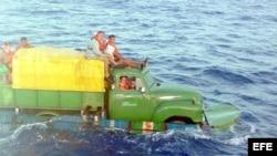 Camión que utilizaron varios cubanos intentando llegar a las costas de la Florida en EEUU, julio de 2003. Foto: Archivo.