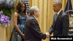 Raúl Castro saluda a Barack Obama y la primera dama, Michelle Obama, durante la cena que el presidente de Estados Unidos ofreció a los jefes de Estado y de Gobierno reunidos en la ONU. Archivo.