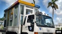Un camión de la empresa de Telecomunicaciones de Cuba ETECSA, transporta una caseta de teléfonos.
