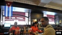"""Varios cantineros trabajan en la barra del """"Bar Sloppy Joes"""" en La Habana (Cuba)."""
