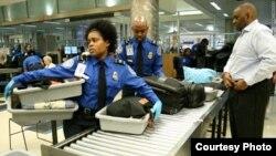 La seguridad de los aeropuertos en EE.UU. está a cargo d ela Agencia de Seguridad en el Transporte, TSA.