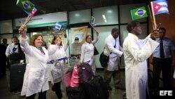 Médicos cubanos a su llegada a Brasilia, agosto de 2013.