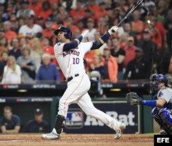 Yuli Gurriel de los Astros conecta jonrón ante los Dodgers.