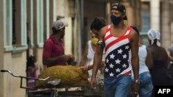 Un cubano camina por La Habana vistiendo una camiseta con la bandera estadounidense. (Yamil LAGE / AFP)