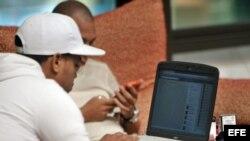 Dos jóvenes conectados a internet en un hotel de La Habana.