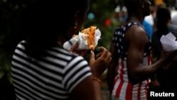 Una cubana comiendo pizza en La Habana.