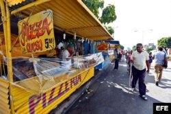 Un cuentapropista vende pizas en Santiago de Cuba (Foto: Archivo).