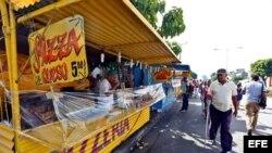 Un cuentapropista vende pizzas en Santiago de Cuba.