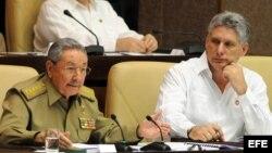 Raúl Castro (i) junto al primer vicepresidente Miguel Díaz-Canel (d) y el canciller Bruno Rodríguez.